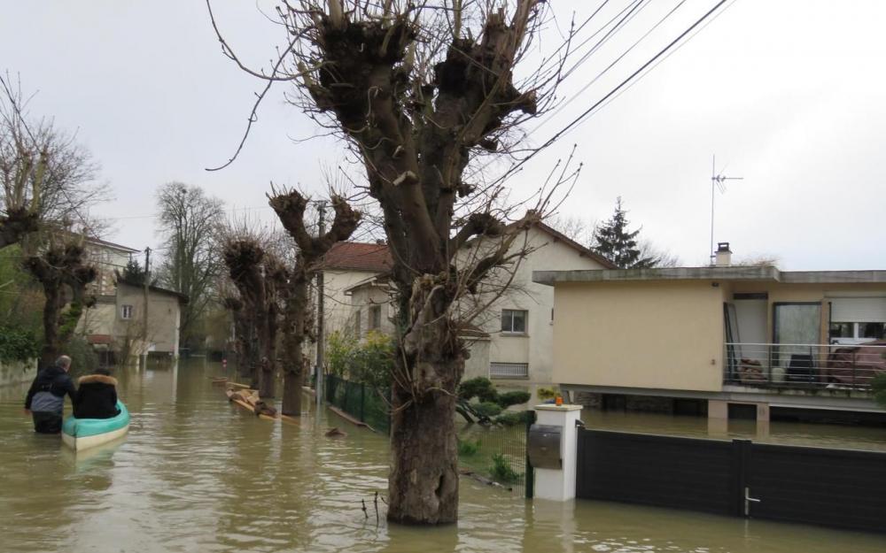 Inondations : une digue menace à Draveil, des habitants évacués à Athis-Mons (Le Parisien 28/01)
