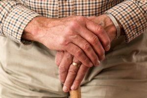Mains personnes âgées